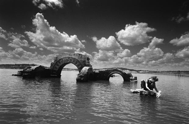 O sertão virou mar: ruínas da Igreja Nova de Canudos no açude de Cocorobó. Foto de Evandro Teixeira.