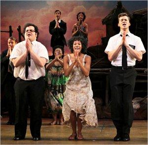 Da esquerda para a direita, parte do elenco original: Elder Cunningham (Josh Gad), Nabulungi (Nikki M. James) e Elder Price (Andrew Ranells).